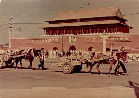 Das (zweite) Mao-Porträt von Xin Mang auf dem Tiananmen-Platz, 1951