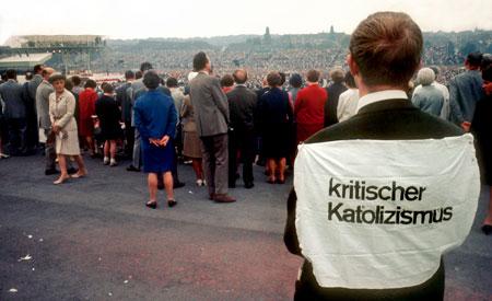 """""""Kritischer Kat(h)olizismus"""": Szene beim Abschlussgottesdienst des Katholikentagsim September 1968 in Essen, der unter dem Motto """"Mitten in dieser Welt"""" stand."""