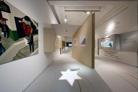 Jude? Blick in den Ausstellungsraum zu jüdischer Identität