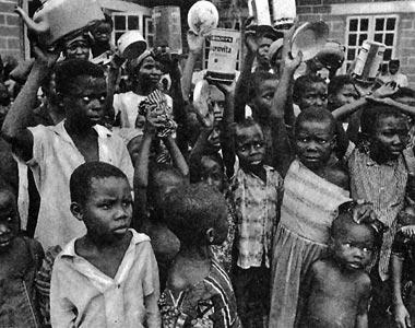 aus: La Mort du Biafra. Photographies de Gilles Caron. Présentation de F. de Bonneville, Paris 1968, S. 14. Dortige Bildunterschrift: Pourquoi, oui pourquoi, nous laisse-t-on mourir de faim?