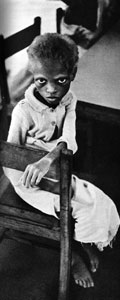 aus: Jean Buhler, Tuez-Les Tous! Guerre de Sécession au Biafra, Paris 1968, zwischen S. 46 und S. 47. Dortige Bildunterschrift: Ces regards d'enfants qui nous condamnent