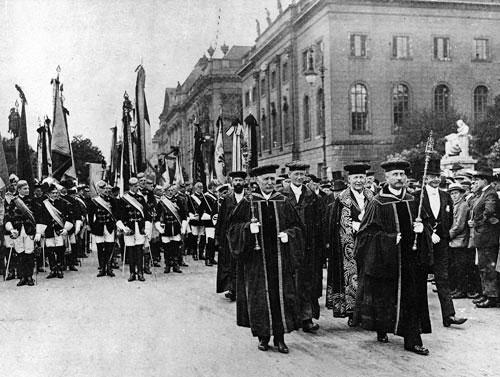 Unter den Linden, 1. Juni 1920: Kundgebung von Professoren der Berliner Universität gegen die Auslieferung deutscher Generale, die von den Alliierten als mutmaßliche Kriegsverbrecher vor Gericht gestellt werden sollten