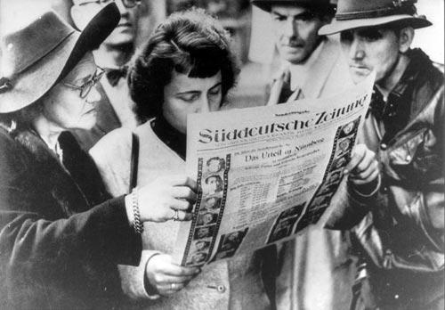 """Leserinnen und Leser einer Sonderausgabe der """"Süddeutschen Zeitung"""", 1. Oktober 1946"""