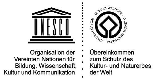 Emblem des UNESCO-Welterbes: Die quadratische Krone eines Baumes, umschlossen von einer Weltkugel, soll die angestrebte enge Verbindung zwischen Kultur- und Naturerbe symbolisieren.