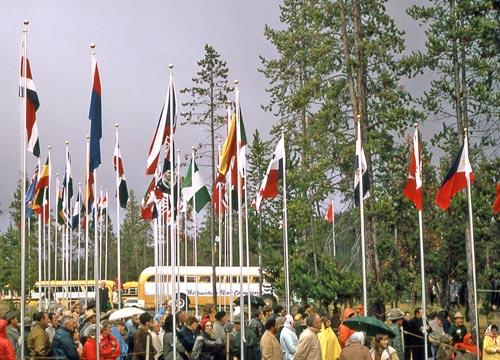 100 Jahre Yellowstone-Nationalpark (1972): Versammlung der internationalen Delegierten bei der Feier am Madison-Museum