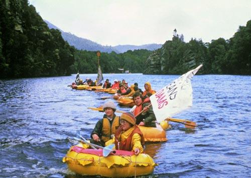 Blockade des tasmanischen Flusses Gordon, 1982/83. Mit Baumaschinen beladene Lastkähne sollten auf diese Weise aufgehalten werden.