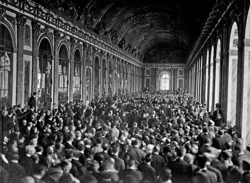 Wie ein Konzertsaal: Die Unterzeichnung des Friedensvertrags im Spiegelsaal von Versailles am 28. Juni 1919 war eine in der früheren Diplomatie in dieser Form noch nicht bekannte Großveranstaltung.