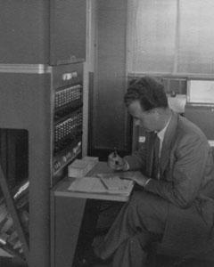 Heinz Schappert, ein Mitarbeiter des Instituts für Praktische Mathematik der Technischen Hochschule Darmstadt, am Elektronenrechner IBM 650, 1956 in Sindelfingen