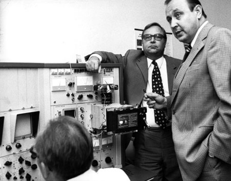 Horst Herold und Hans-Dietrich Genscher im Labor des Bundeskriminalamts (BKA), 1973