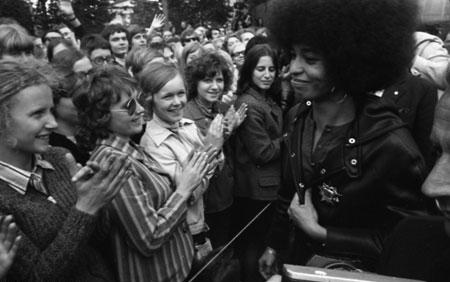 Ost-Berlin, 11. September 1972:brAngela Davis wird von einem überwiegend jungen Publikum empfangen.