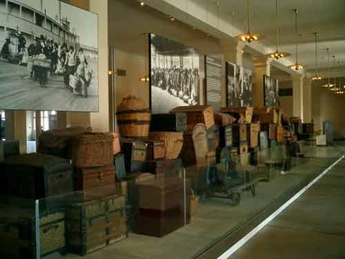 Die Installation im Eingangsbereich des Museums soll die Situation im ehemaligen 'Baggage Room' nachempfinden lassen.