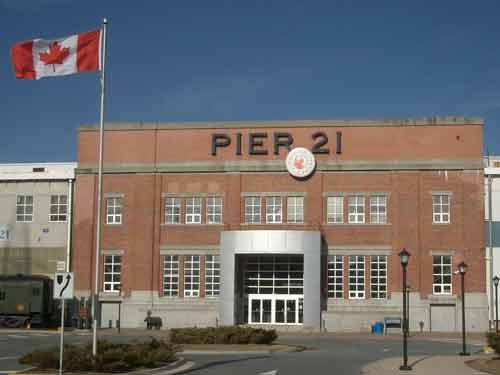 Der industrielle Zweckbau von Pier 21 fügt sich nahtlos in die Hafenarchitektur von Halifax.