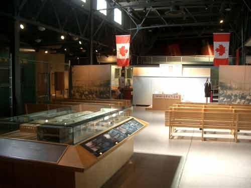 Die Inszenierung eines Wartesaals steht im Zentrum der Ausstellung.