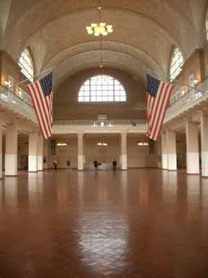 Die mächtige 'Registry Hall' bildet das atmosphärische Kernstück des Museums.