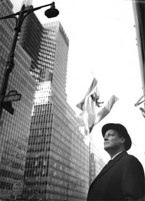 Willy Brandt vor dem Waldorf Astoria Hotel in New York (März 1961)