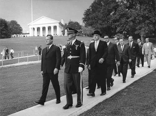 Willy Brandt auf dem Weg zur Grabstätte von John F. Kennedy auf dem Arlington-Friedhof in Washington