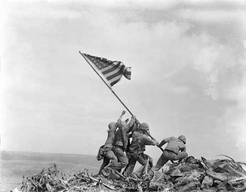 Die Flaggenhissung auf Iwo Jima, 23. Februar 1945 (AP Photo/Joe Rosenthal, unbeschnitten)