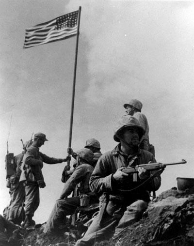 Das erste Hissen der US-Flagge auf dem Mount Suribachi, Iwo Jima, am 23. Februar 1945 (Foto: Louis R. Lowery)