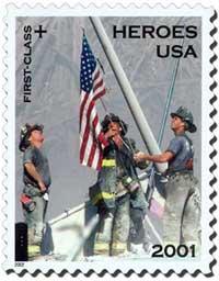 Das Hissen der US-Flagge auf den Ruinen des World Trade Centers; New York, 11.9. 2001. Briefmarke von 2002 mit einem Foto von Thomas E. Franklin (Sammlung Dülffer)