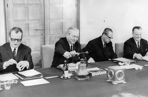 Bundeskanzler Kurt Georg Kiesinger, eingerahmt von Willy Brandt und Herbert Wehner bei der ersten Kabinettssitzung am 7.11.1966