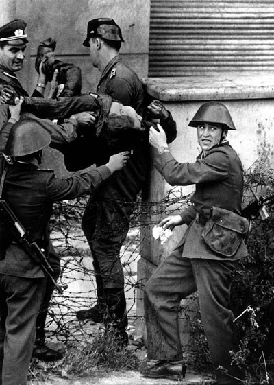 17. August 1962 - DDR-Grenzposten bergen den leblosen Peter Fechter nach dessen gescheiterter Flucht