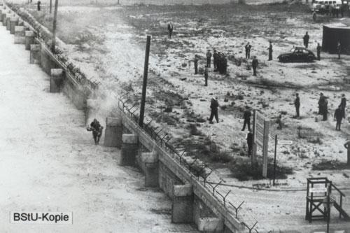 DDR-Grenzpolizisten transportieren den schwerverletzten Peter Fechter ab
