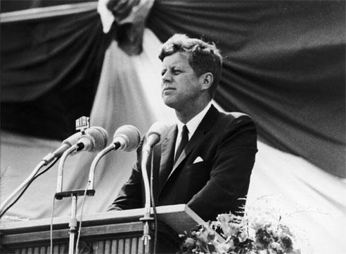 John F. Kennedy während seiner Rede vor dem Schöneberger Rathaus in Berlin, 26. Juni 1963