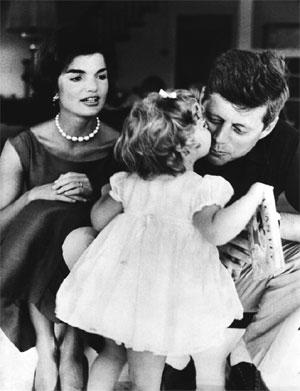 John F. Kennedy mit Frau Jackie und Tochter Caroline in Hyannis Port, August 1960