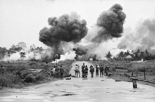 Das Bild eines unbekannten Fotografen zeigt die erste Reihe von 12 Reportern, die den Luftangriff auf Trang Bang am 8. Juni 1972 fotografieren