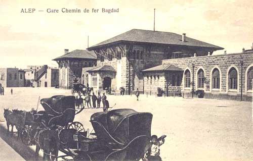 """""""Bahnhof Aleppo der Bagdad-Bahn"""". Die von einem örtlichen Fotostudio hergestellte Postkarte zeigt den aleppinischen Endbahnhof der 1912 fertiggestellten Eisenbahnverbindung Aleppo - Bagdad."""