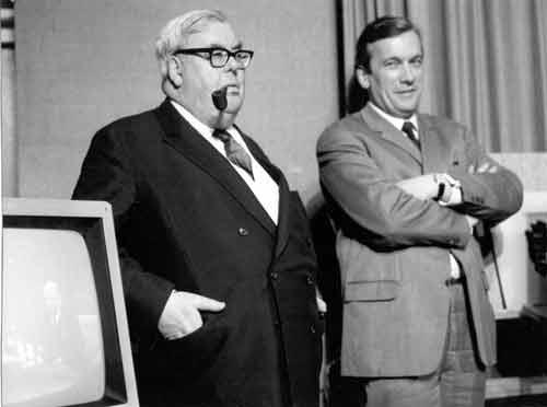 Walter von Cube (links), Hörfunkdirektor des Bayerischen Rundfunks, und Gerhard Bogner, Sendeleiter und Leiter des Ausländerprogramms (November 1966)