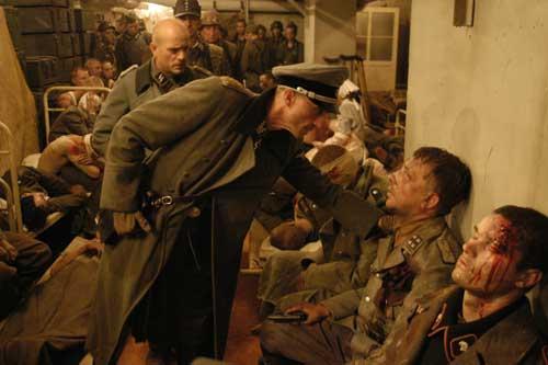Filmszene: Christian Berkel (Professor Schenck, Arzt in der Reichskanzlei) und André Hennicke (SS-Gruppenführer Wilhelm Mohnke)