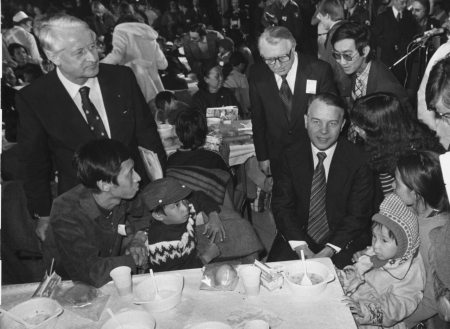 Ministerpräsident Ernst Albrecht (rechts) und Innenminister Wilfried Hasselmann (links) begrüßten vietnamesische Flüchtlinge in Niedersachsen