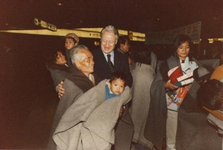 Der niedersächsische Innenminister Wilfried Hasselmann mit der ersten Gruppe der vietnamesischen »Hai Hong«-Flüchtlinge am Flughafen Hannover-Langenhagen